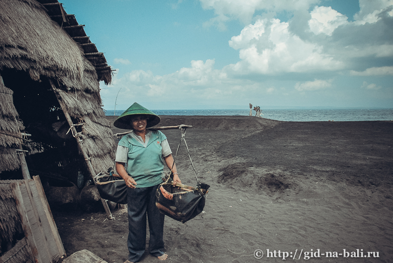 пляж с черным песком, о.Бали